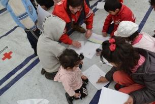 Баба Марта пристига при децата бежанци