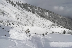 Спасен сноубордист след паднала лавина извън пистите в Банско