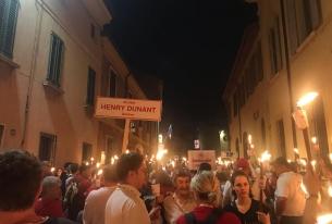 Факелно шествие на червенокръстци от цял свят