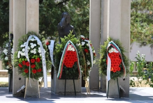 Цветя пред Паметника на медиците загинали във войните.