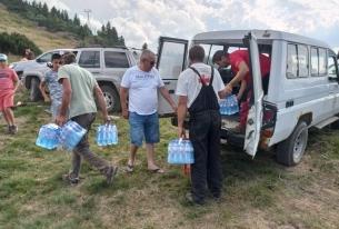 Пожарът в Рила - предоставяне на вода, кроасани и първа помощ  от планинските спасители на ПСС при БЧК.
